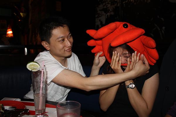 賴皮鬼拼克抵死不從 不戴螃蟹頭套