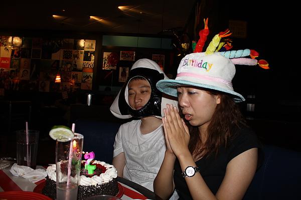 最後她自己選了蛋糕帽,嘖嘖一點都不趣味