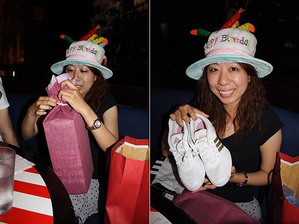 壽星拆禮物.今年送球鞋,因為她正熱衷騎單車但都穿拖鞋騎很危險