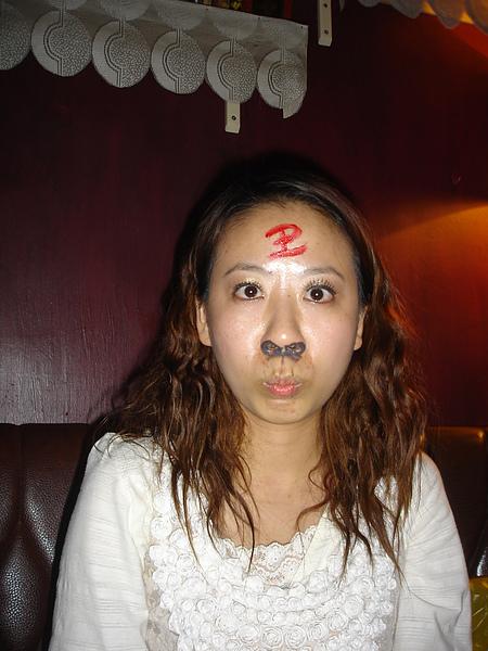劃臉的構想來自美猴王拼克,結果玩第一局她就輸了!!我和鼻耳組獲勝!