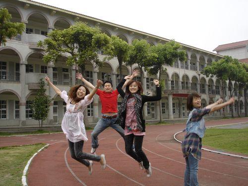基於去到哪都要跳一下的原則,我們就在隔壁學校操場玩跳一下