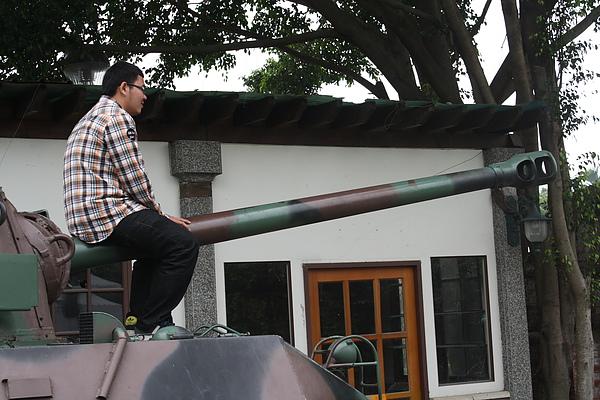 之後去了十分無趣的軍史公園;唯一的笑點之一應屬這位大砲男~哈
