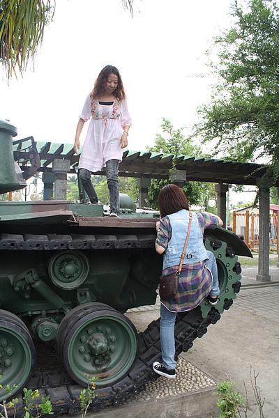 我們三姐妹也想坐坦克車,很不怕死就爬上去了,其實我心裡怕得要命