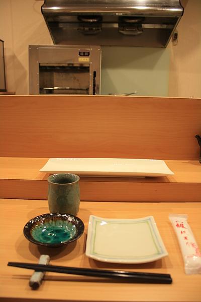 店內沒有多餘的裝潢,師傅事前先把十個座位前的餐具都擺好,等著預約的客人上門,我特意挑了正對師傅的位子