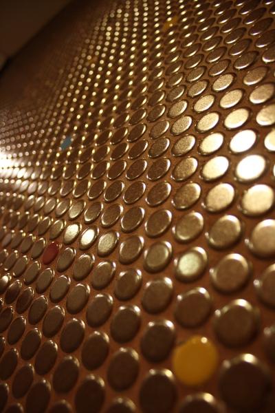 牆壁全用圓型金銅色馬賽克磚混一些彩色磚點綴~
