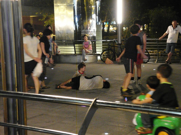 隨後又到文化中心走走,看見一個小弟弟和同伴們跑著跑著突然往廣場上一躺然後就賴著不起來了,現在的孩子真的很難理解。