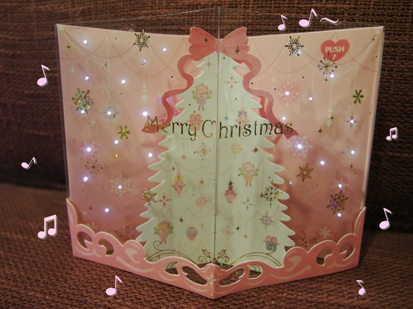 撇開貼紙的事,其實它是會唱聖誕歌曲+粉紅色LED小燈會一閃一閃很漂亮的立體卡唷~♪♪♪ 超喜歡!