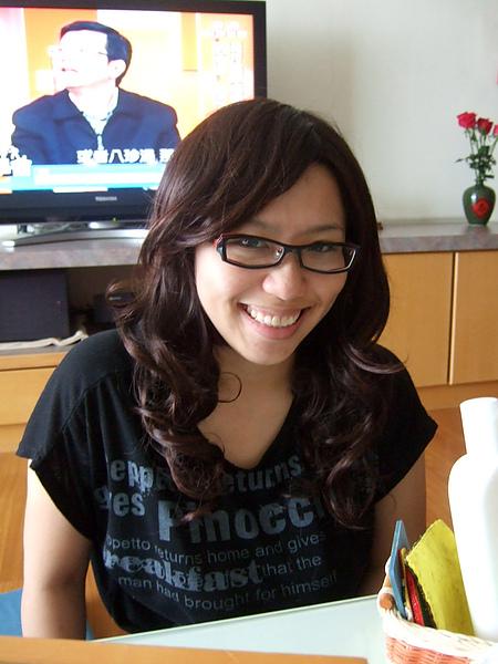 4/25 和喬在玩我上次買的假髮,她戴起來怎麼這麼適合啊!我差點想送給她了~