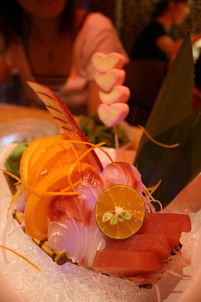 生魚片盛盤,因為是情人節所以後面有串了四顆愛心棉花糖唷