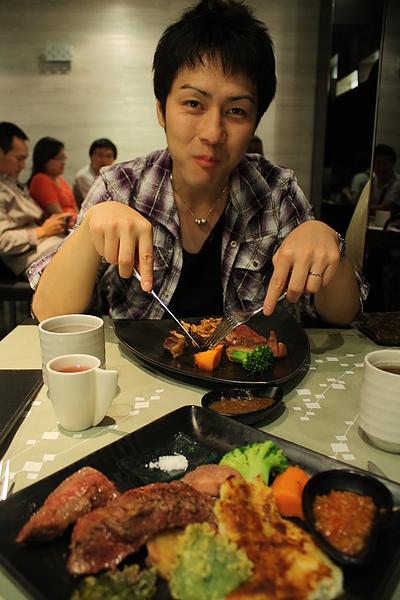 晚上回台南吃陶板屋, 二人都是頭一回呢!