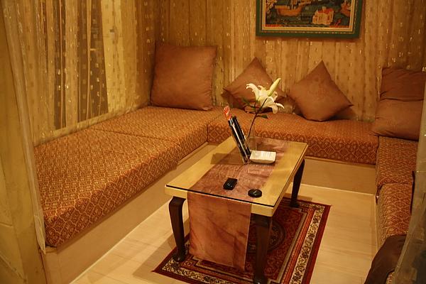 床的右手邊有個ㄇ字沙發的小空間,桌上的百合是鮮花唷~很香!