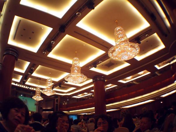國際會議廳的天花板和水晶吊燈很閃吶