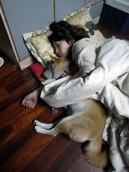 老大的妹妹細漢仔和ゆみ很親熱的抱在一起睡,新婚老公則被丟到角落哭~哈!