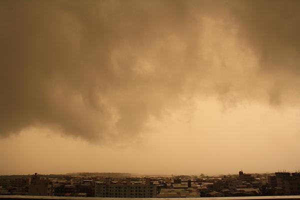 登愣!當天下午風雲變色!大風大雨的,公園裡竟然有人在辦桌真是太慘了~