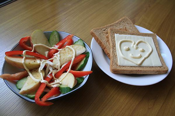 8/15 午餐是昨天剩下來的沙拉+烤土司二片:)