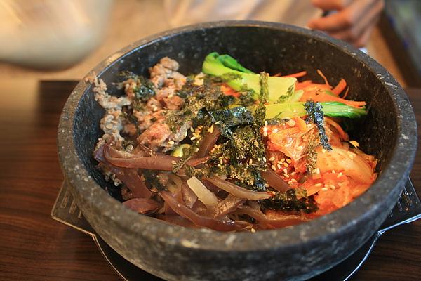 因為樓下的韓式石鍋拌飯今天新開幕,