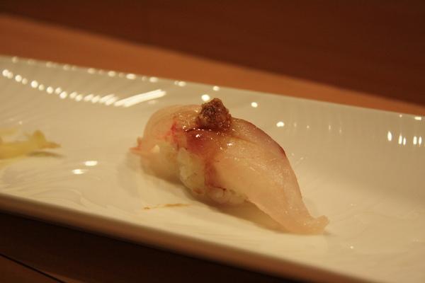 牛尾魚佐薑泥另外滴上一點點醬油,媽喵驚訝地說她不知道原來牛尾魚也可以當生魚片吃呢!