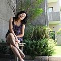 落地窗旁有片小庭院,壽星穿著俏皮睡衣就說要來外拍