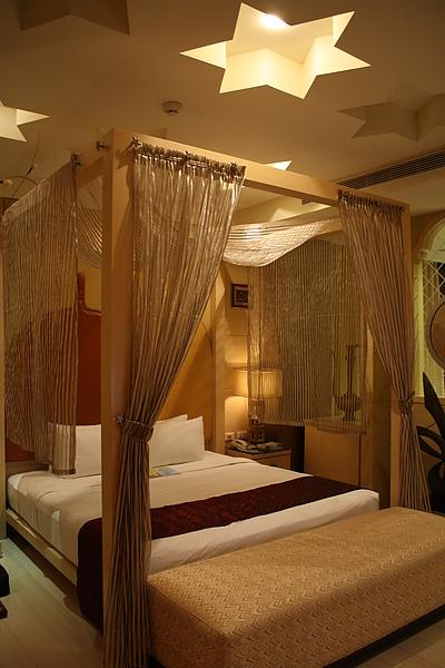 有簡單帷柱的紗簾床,天花板也特意弄了六角星符號