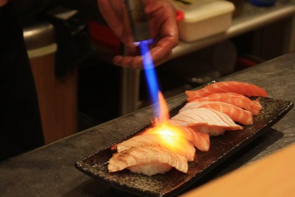 喔喔~師傅又在炙燒鮭魚了,這一盤我可以三分鐘內幹掉它!可惜是一人一顆T_T