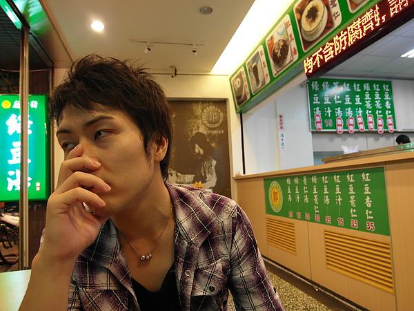 這啥表情? 明明才八點多抵達有名的慶中街綠豆湯時已經剩下綠豆汁了,太渴了所以加減喝!