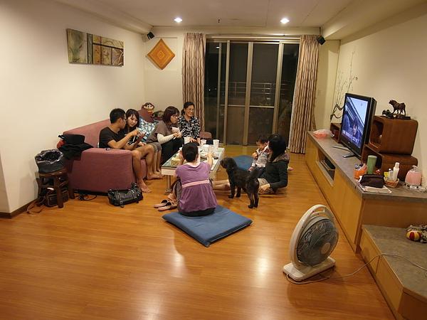11/5 勝弘哥的女友下來台南玩,帶他來家裡坐坐,看樣子是有譜了是嗎~哥~