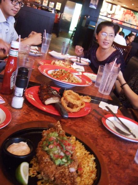 晚餐和伯母及大家一起吃Fridays慶祝