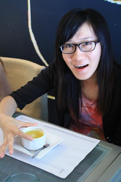 飲料送上來的摸們,王珍不敢相信地說:哇~這熱桔茶好大一杯啊...=_=lll