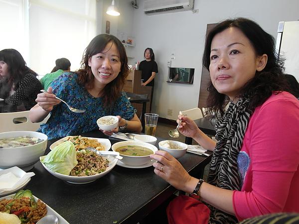 點好多~幸好一邊聽拼克講她這次的香港出差經驗談,慢慢吃也差不多可以稍微清空