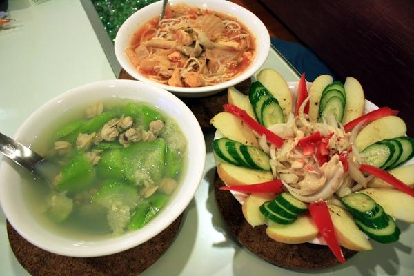 加上昨天剩下的泡菜湯麵,就湊成豐盛的一餐了,但份量真的是不成比例!絲瓜蛤蜊湯和沙拉都剩3/4