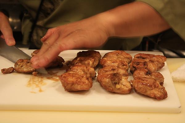 哇~排滿九塊雞腿肉香味四溢,切時還有サクサク的聲音