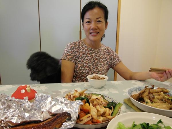 10/17 星期天上午竟然要上班,幸好只有半天! 媽媽煮了一桌菜,連弟弟也回來了
