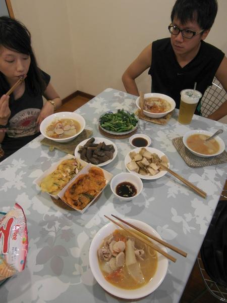 晚餐和弟弟及女友一起吃~吃超飽的!