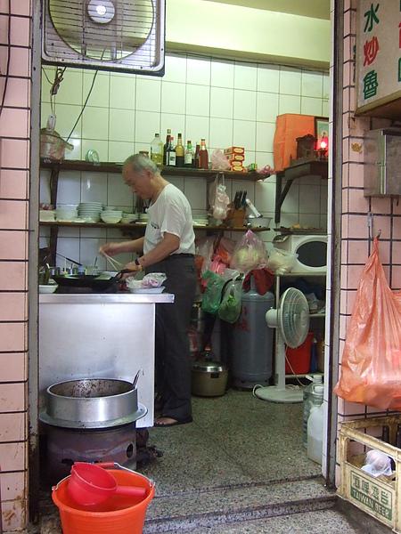 七十幾歲的老闆專注地煮麵