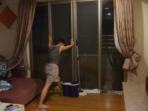 9/19 這晚,我們全家都因為凡那比台風而聚在客廳裡搏感情,怕落地窗被吹破就算了,還要一邊擰毛巾,因為雨水都被吹進來拉!