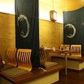 這間店除了板前之外,每張桌子中間都會隔簾子,既開放又有點隱私的感覺挺不錯的