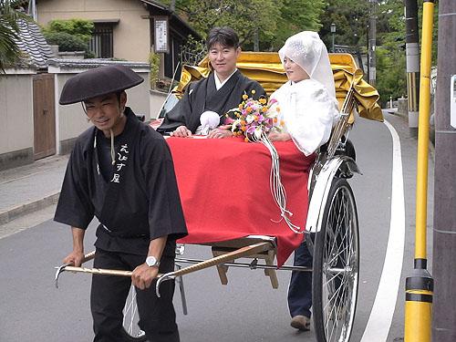 搭人力車的新郎新娘