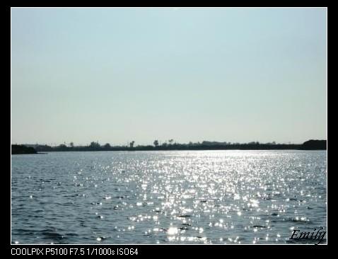 波光潾潾的湖面