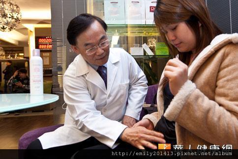 潘俊亨醫師表示,約8成孕婦有妊娠紋的困擾,建議產婦自懷孕12周開始使用妊娠霜做局部按摩,預防和淡化波紋。