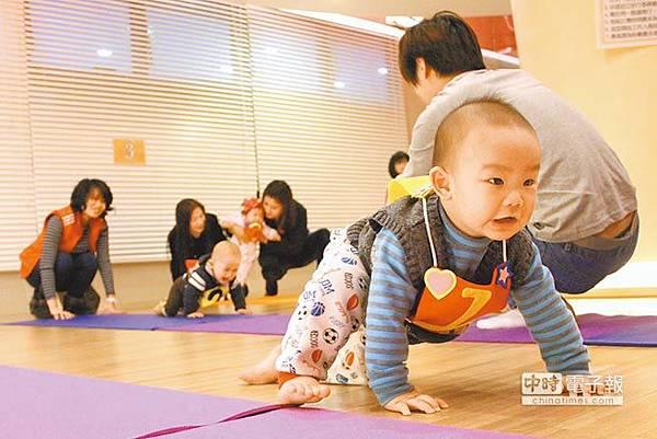 奮力向前新北市蘆洲1場「寶寶爬行運動會」,小寶寶爬得吃力,親屬紛紛在終點聲嘶力竭地嘶吼,為寶寶加油