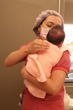 ▲ 圖為立姿的排氣抱嬰法,要注意預防寶寶突然後仰