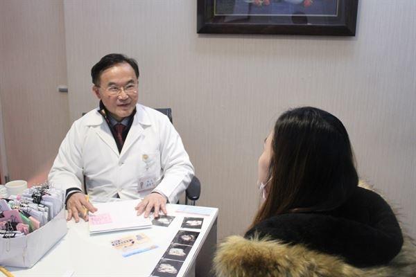 潘俊亨醫師表示,男性進手術房陪產時站在正確的位置,並配合醫師或專業護理人員的指令動作,才能避免增加不必要的醫療風險。(圖片提供/潘俊亨醫師)