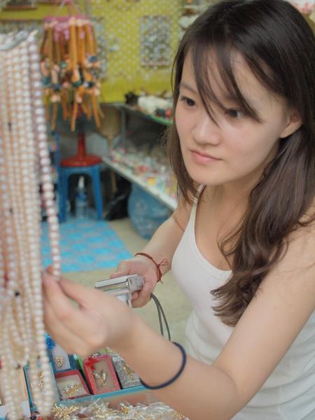 考慮要買條珍珠項鍊送給奶奶…