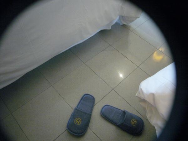 今天要潛水…在飯店內先裝上潛水袋試用看看~