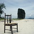 在沙灘上看到一張椅子…