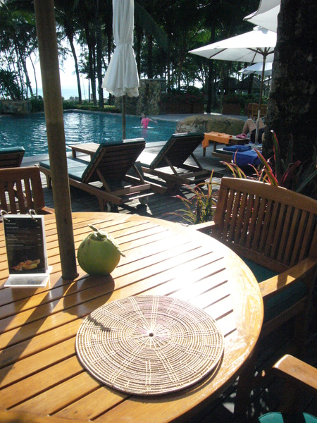 第二個泳池旁邊的酒吧