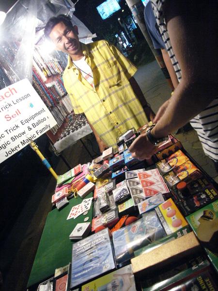 喀比也有賣魔術道具的攤販