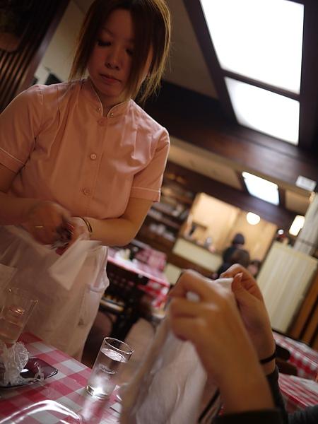 服務人員的制服是粉紅色的~