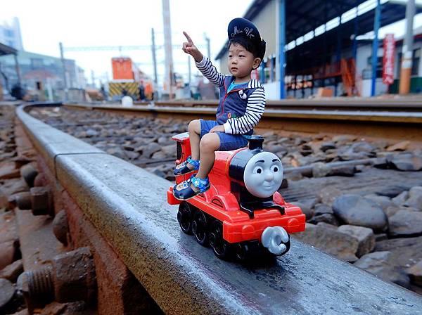 迪迪變小坐火車.jpg