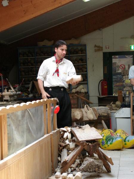 木鞋工廠--示範木鞋作法